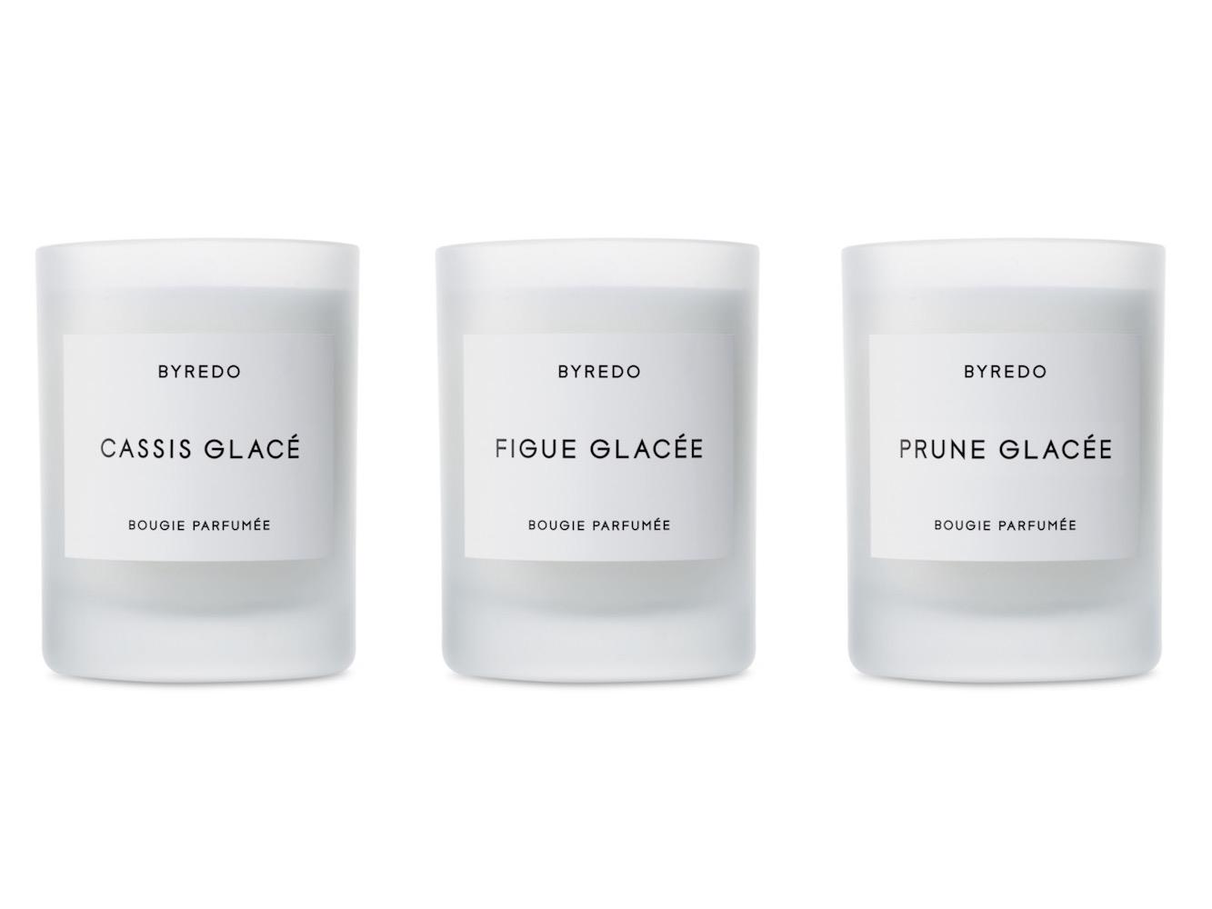 Vánoční svíčky Byredo: Cassis Glasée s květinově-ovocnou vůní, Figue Glacée s květinově-orientálním aroma a květinově-dřevitá Prune Glacée. Prodává Ingredients