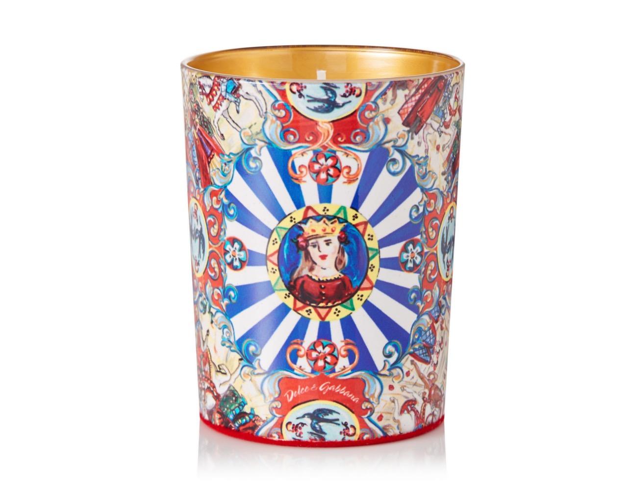 Vánoce u Dolce&Gabbana voní hřevivě po kadidlu. Svíčku zdobí barevný vzor typický pro Sicílii.