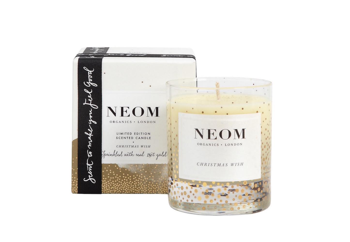 Vánoční svíčka Christmas Wish od londýnské značky Neom Organics voní po 13 esenciálních olejích s protistresovými účinky.