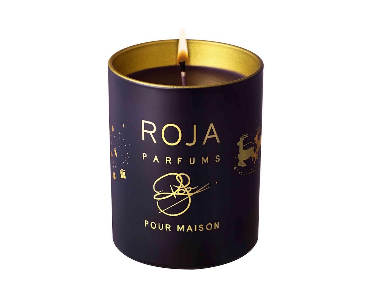 Vánoční svíčka Roja svádí od prvního okamžiku smyslnou směsicí jedlového balzámu, borovice, perníku, skořice, cedrového dřeva, vetiveru a kadidla.