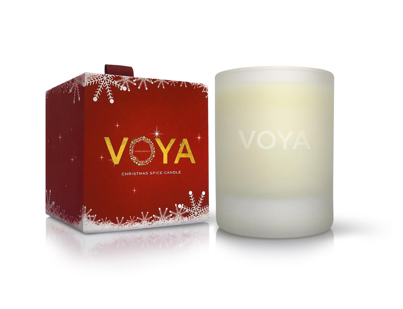 Limitovaná vánoční svíčka zn. Voya voní po šťavnatém pomeranči, hřejivé skořici a hřebíčku.