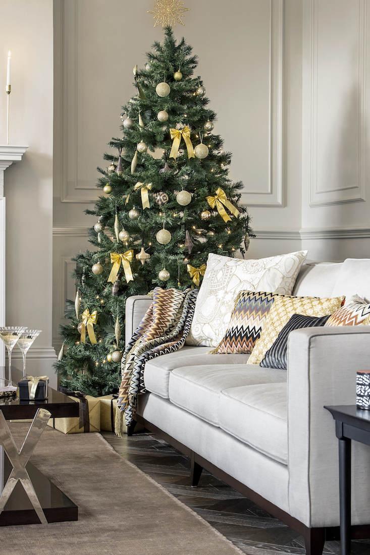 Klasické vánoční ozdoby v kombinaci s velkými mašlemi se hodí do jednoduchého obývacího pokoje, který nehýří spoustou barev.  foto: Amara