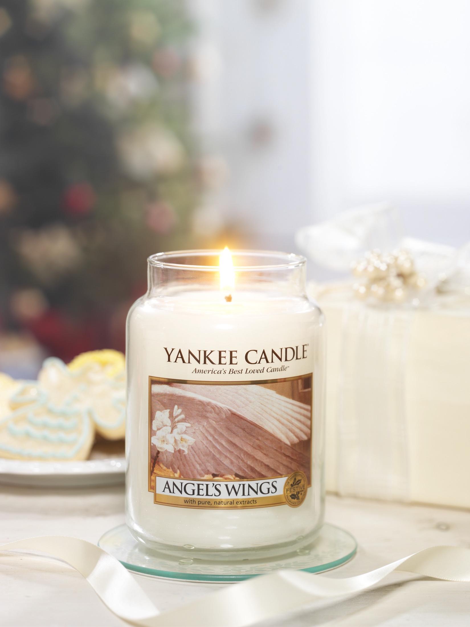 Svíčka Angel's Wings s vůní bílých květů, cukru a vanilky