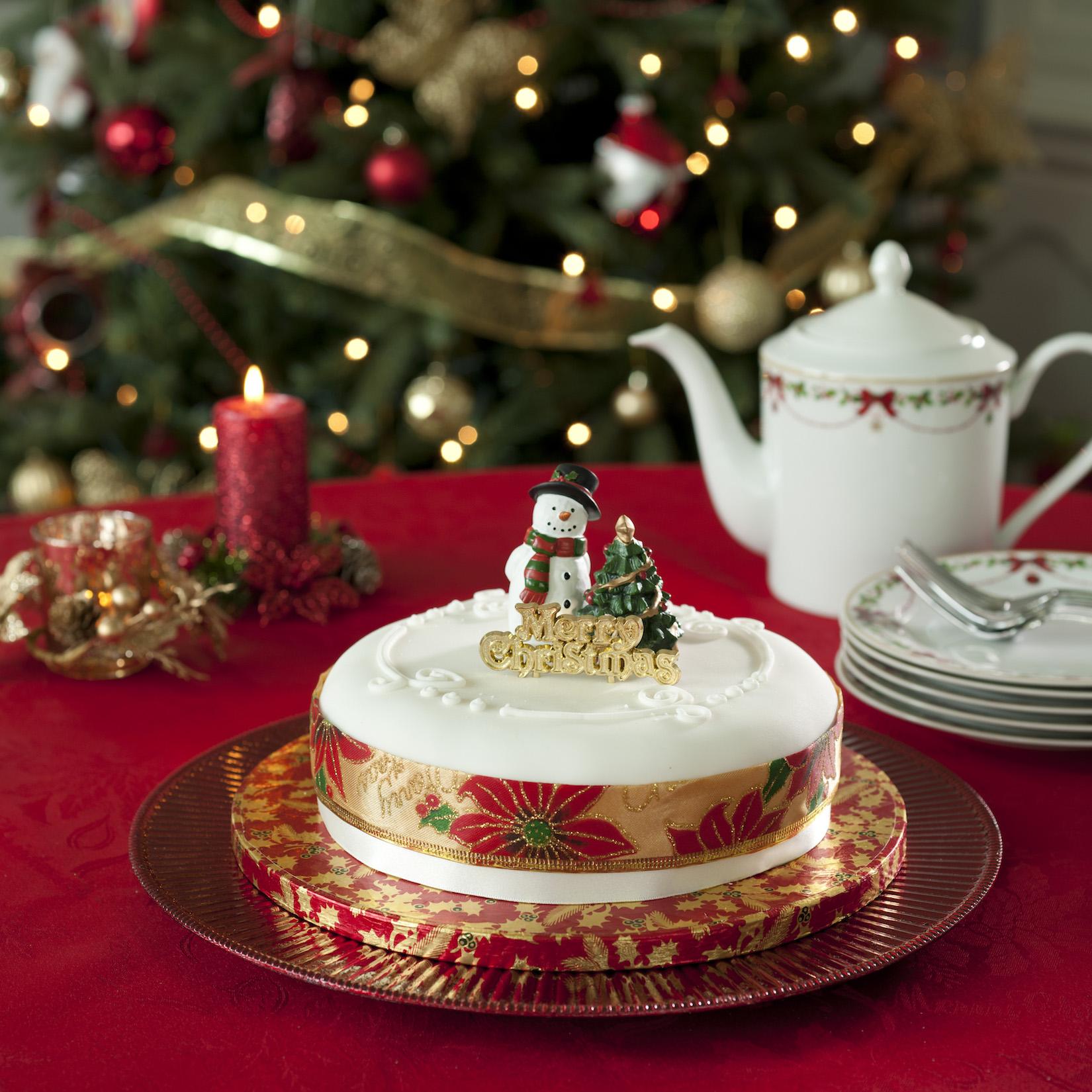 Červeně prostřený vánoční stůl     foto: Heatons
