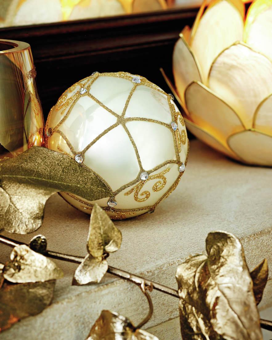 Zlaté ozdoby nemusí být nutně celé obalené do třpytek. Vizuálně zajímavěji působí kovové odlesky v retro nádechu, který najdete v nabídce Homesense.
