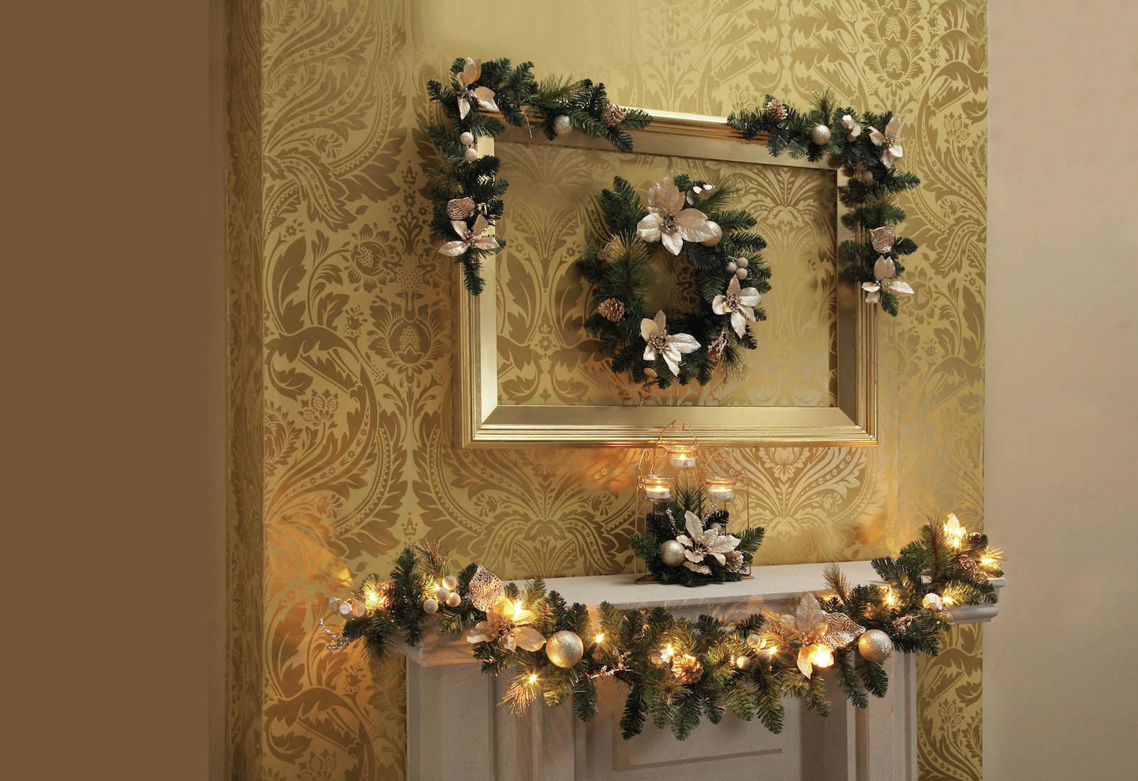 Zlatý rám nad krbovou římsou poslouží jako základ klasické dekorace. foto: House of Bath
