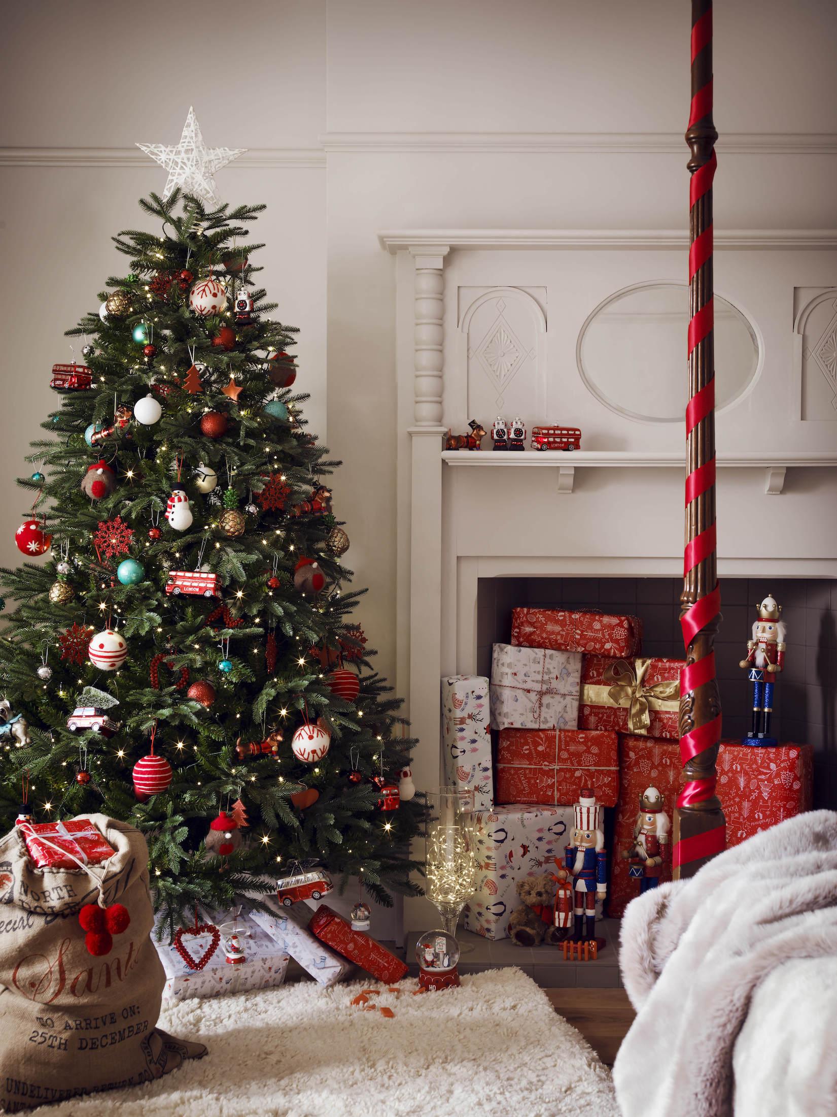 Klasický vánoční dekor v červených odstínech podle londýnského House of Fraser