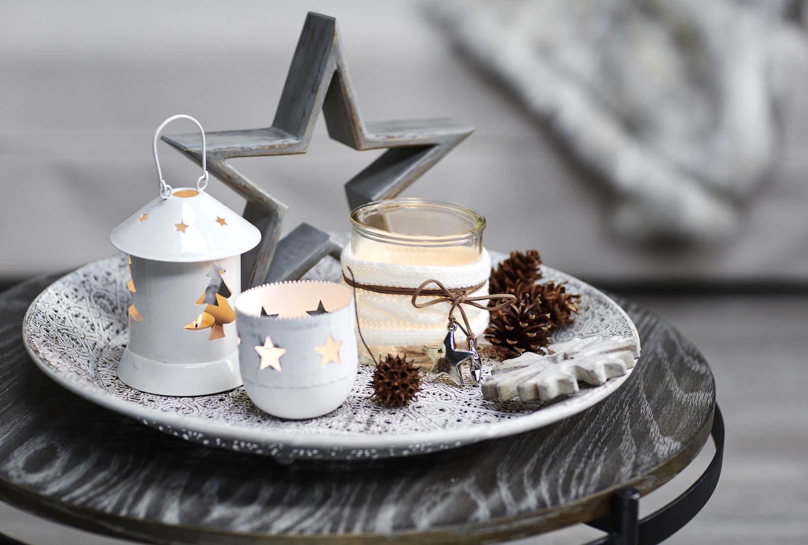 Bílé svícny s kombinaci s matně šedou hvězdou Foto: Houseology