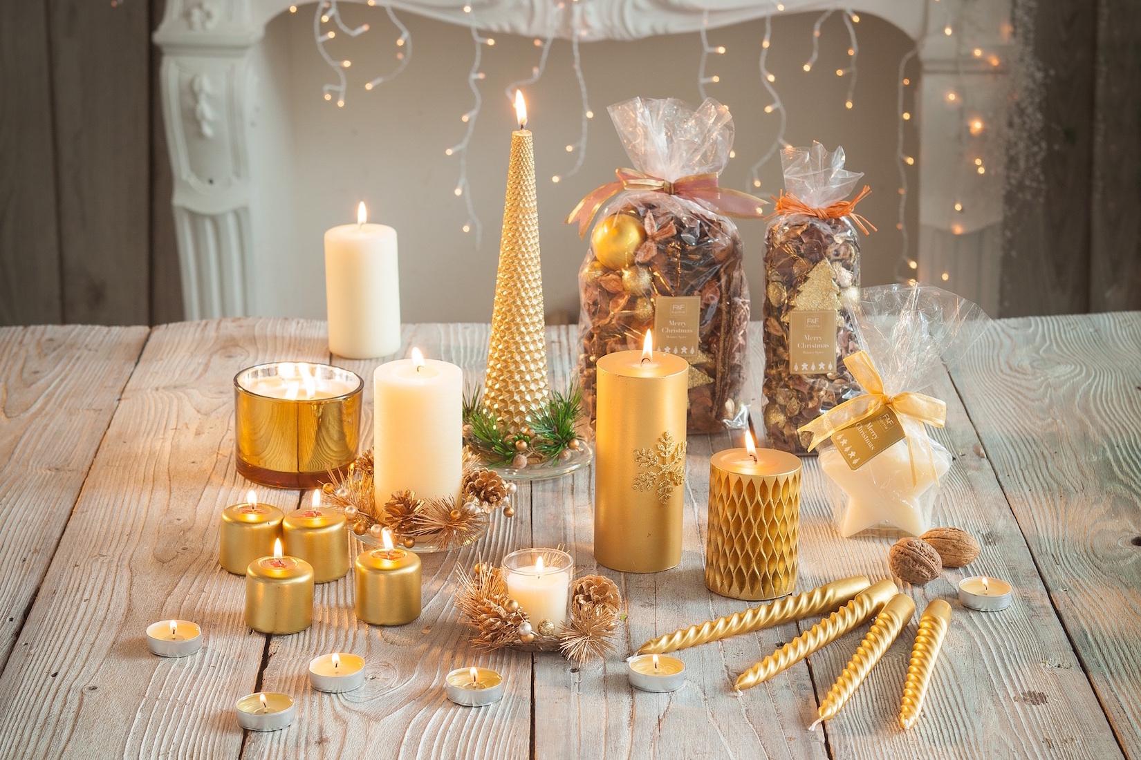 Širokou nabídku zlatých a béžových svíček má např. F&F Home.