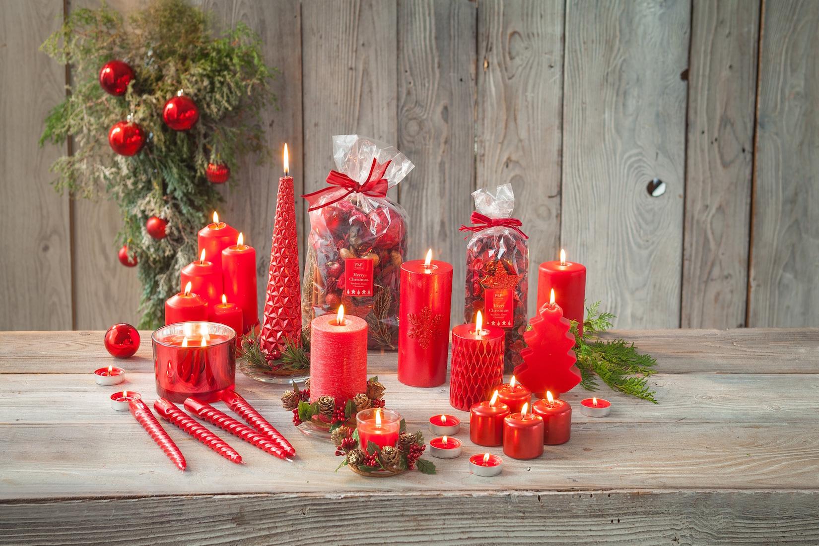 Červené svíčky z vánoční kolekce F&F Home