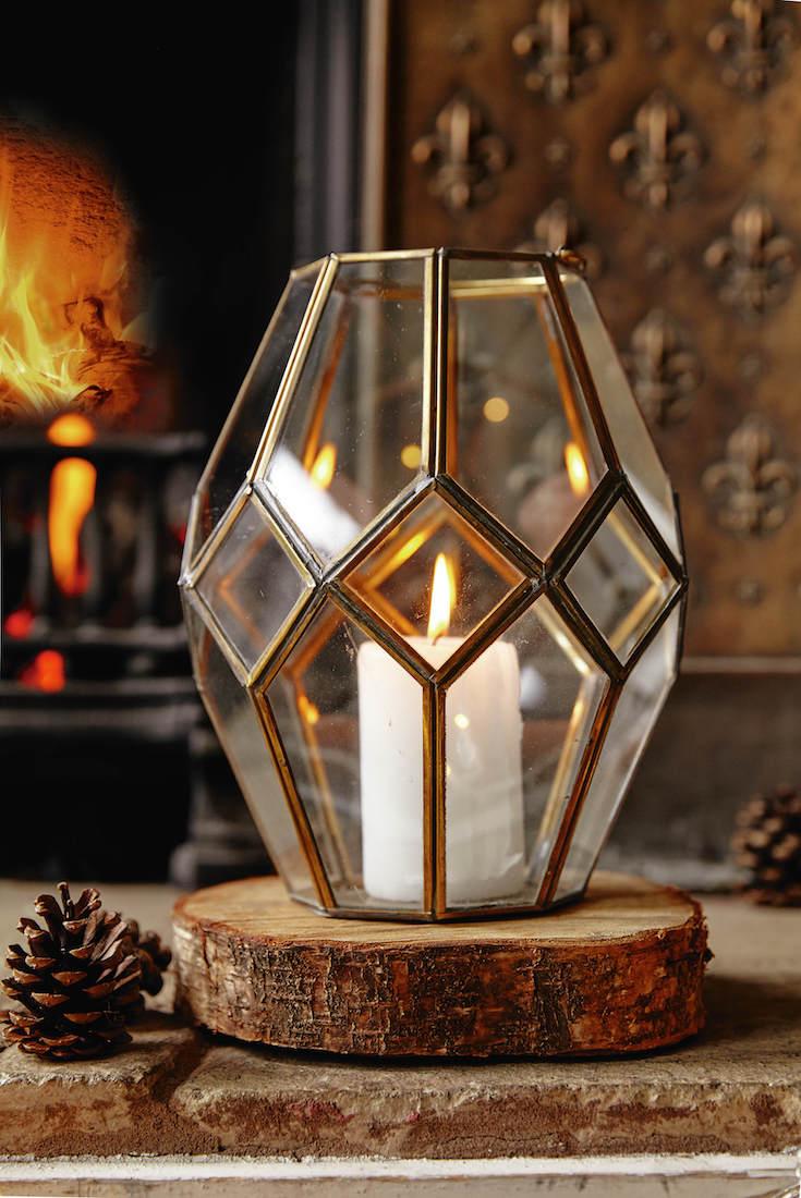 Vintage styl se ve vánočním dekoru uplatňuje velmi často, zejména v podobě efektních svícnů. Tento najdete ve White Stuff.