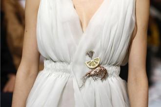 Detail šatů z haute couture kolekce Schiaparelli Paris