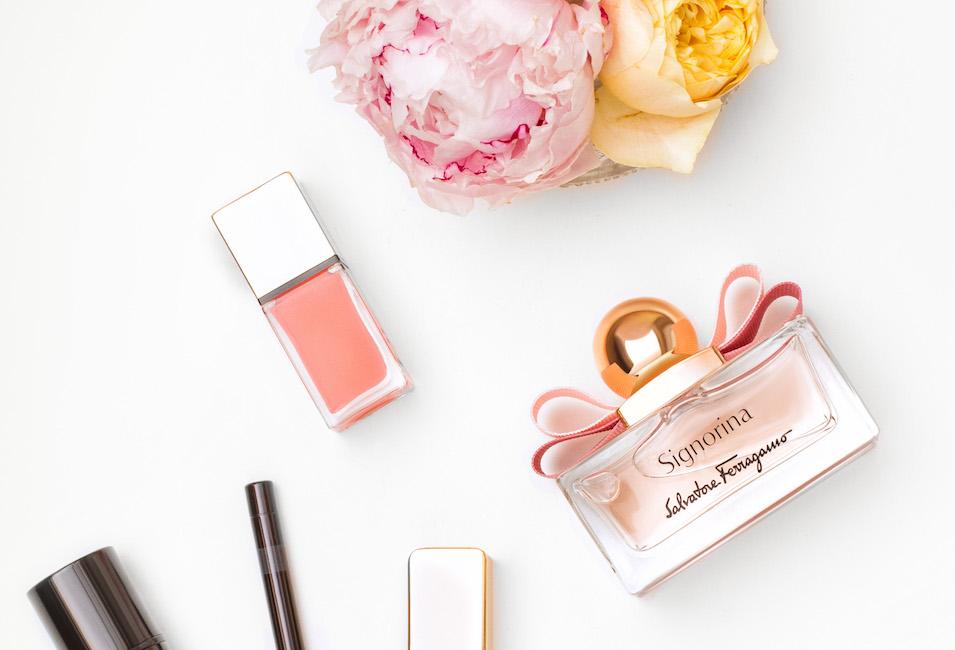 Salvatore Ferragamo: Signorina - ovocně-květinová parfémová voda se sladkými tóny pannacotty, růže, růžového pepře, červeného rybízu a pivoňky