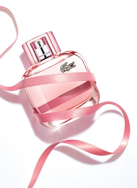 Lacoste: Eau de Lacoste L.12.12 Pour Elle Sparkling - lehká toaletní voda se sladkým aroma cukrové vaty, makronek, červeného jablka a ostružin